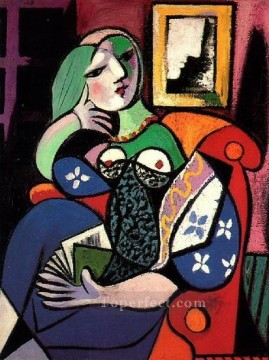 Femme tenant un livre Marie Therese Walter 1932 Cubism Oil Paintings
