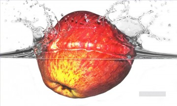 Still life Painting - apple in water realistic