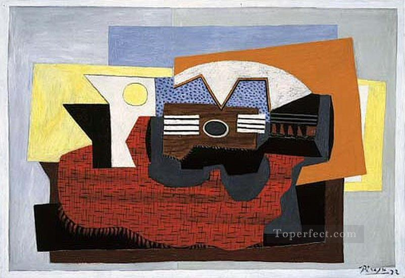Guitare sur un tapis rouge 1922 Cubism Oil Paintings